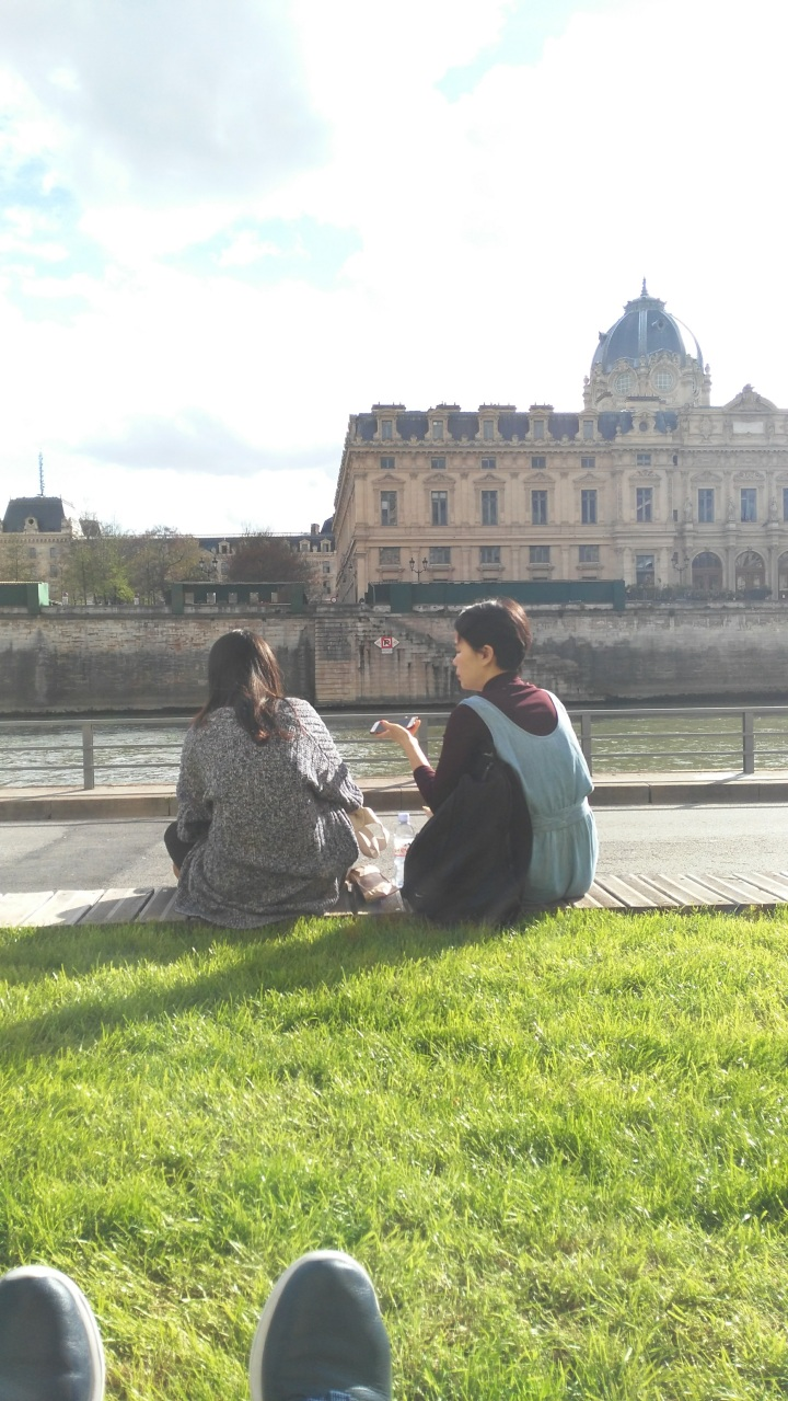 hangout-along-the-seine.jpg